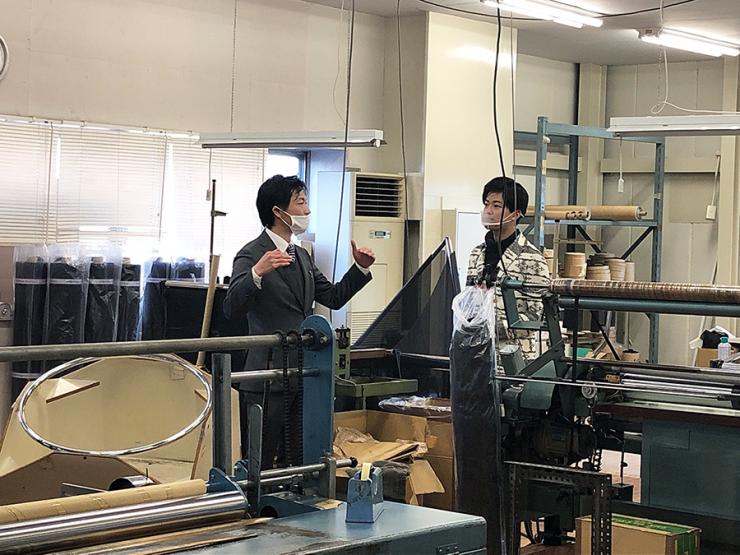吉岡株式会社の社内工場で取材するHi☆Fiveの林拓磨さん
