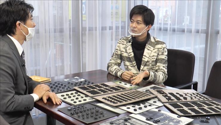 吉岡株式会社にて、たくさんのボタンに驚くHi☆Five林拓磨さん