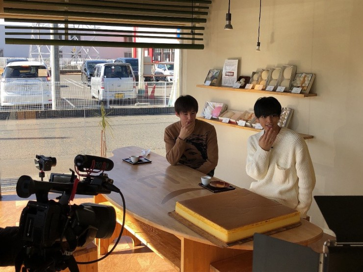 MAG!C☆PRINCEの大城光さんとHi☆Fiveの大友海さんが「緑水庵 鏡島店」の大きなカステラに驚く